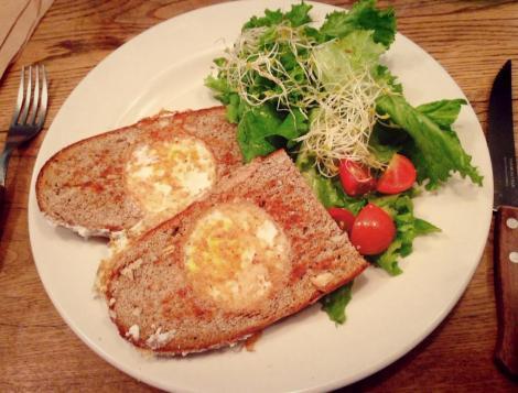 Huevos montados en pan integral.