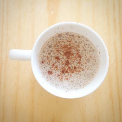 Chocolate caliente: Leche de almendras, canela, pimienta cayena y stevia.